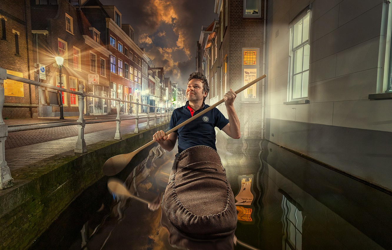 Фото обои ночь, город, улица, дома, фонари, ложка, канал, мужчина, Нидерланды, башмак, гондольер, Николай Сизиков