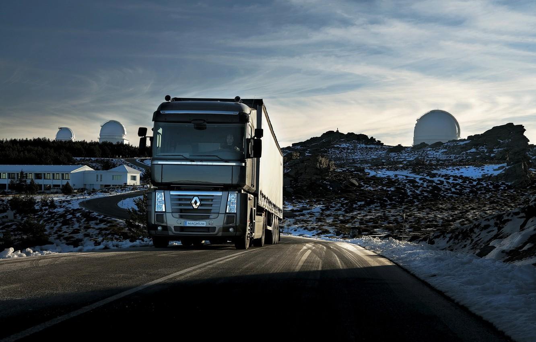 Фото обои дорога, небо, асфальт, снег, чёрный, холмы, грузовик, Renault, Magnum, седельный тягач, 4x2, полуприцеп, Renault Trucks
