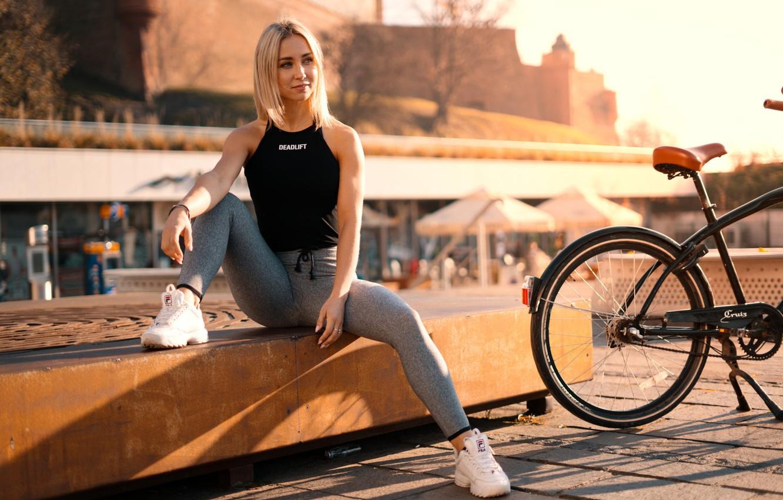 Фото обои солнце, велосипед, город, модель, портрет, макияж, майка, прическа, блондинка, сидит, кроссовки, позирует, боке, лосины