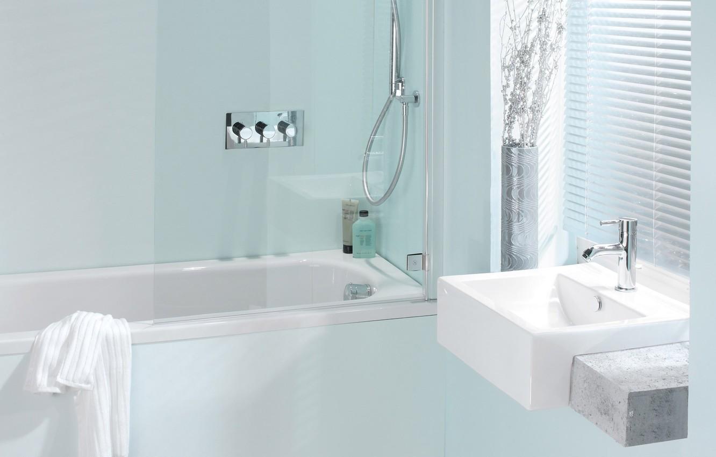 Фото обои комната, голубой, полотенце, кран, окно, ванна, светлая