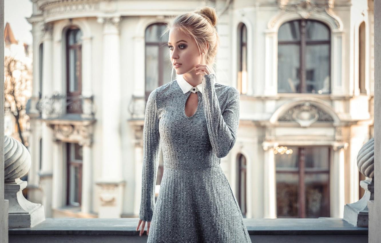 Фото обои girl, dress, photo, photographer, model, lips, blonde, building, portrait, mouth, knot, lipstick, depth of field, …
