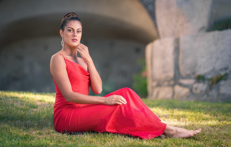 Фото обои взгляд, девушка, красное, платье, сидит, боке, босая, Chloe