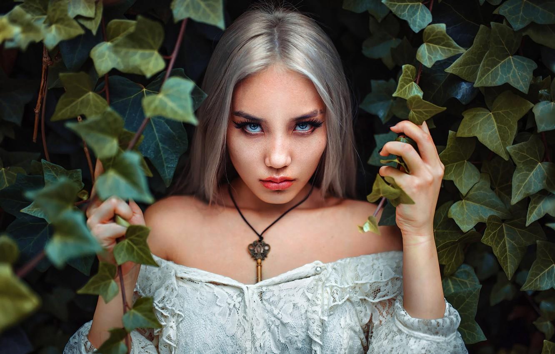 Фото обои girl, dress, photo, photographer, blue eyes, leaves, model, key, bokeh, lips, plants, white dress, necklace, …
