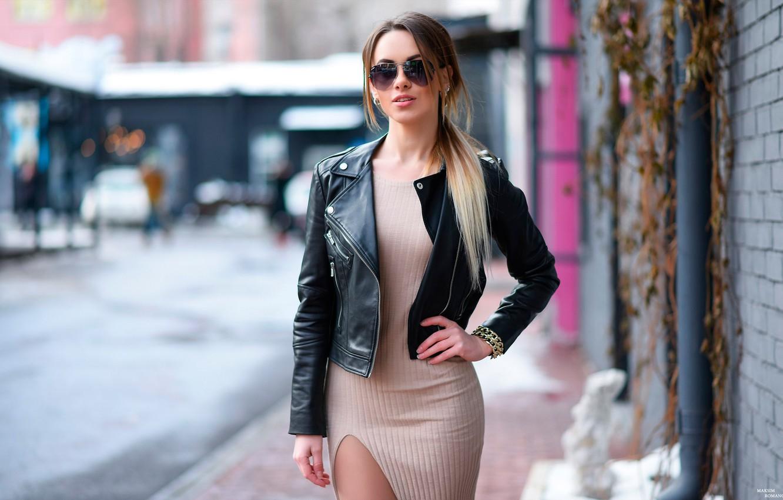 Фото обои дорога, город, поза, улица, портрет, макияж, фигура, платье, очки, куртка, прическа, шатенка, красотка, стоит, тротуар, …