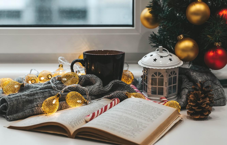 Фото обои шарики, настроение, шары, Рождество, кружка, фонарь, Новый год, книга, ёлка, гирлянда, шишка