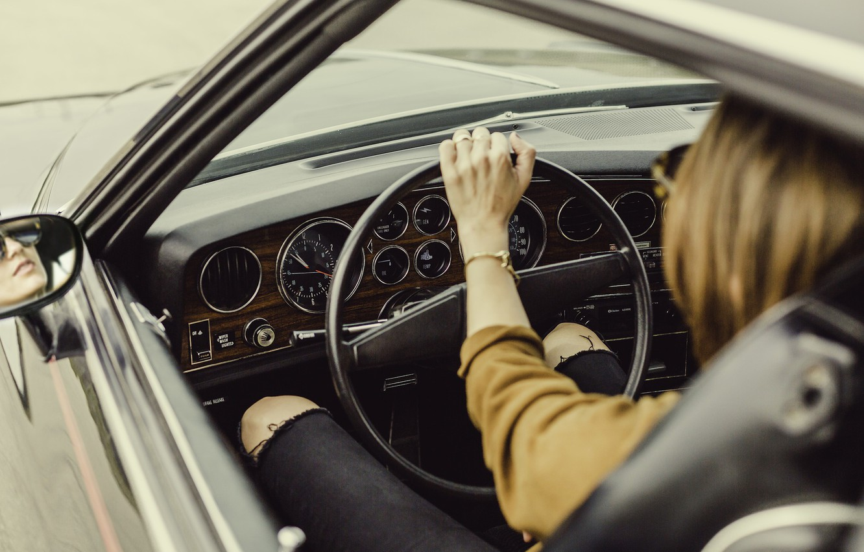 Фото обои девушка, рука, руль