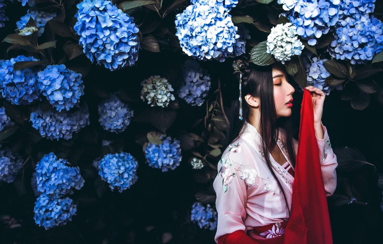 Фото обои девушка, цветы, темный фон, красное, сад, платье, брюнетка, голубые, прическа, красавица, кимоно, азиатка, цветение, соцветия, ...