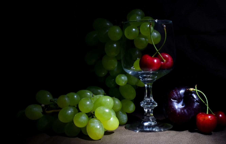 Фото обои темный фон, бокал, виноград, ткань, фрукты, натюрморт, черешня, инжир