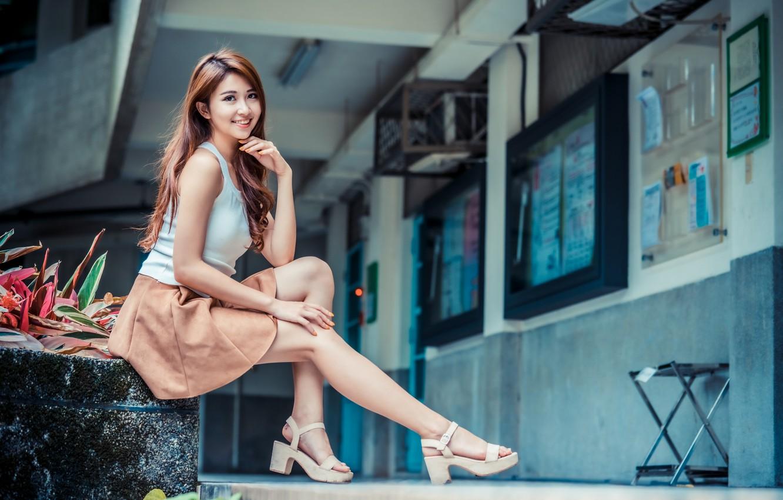 Фото обои взгляд, девушка, улыбка, юбка, майка, ножки, азиатка