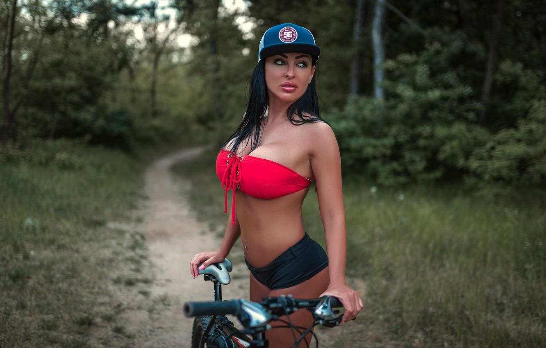 Фото обои лес, трава, деревья, природа, велосипед, секси, поза, парк, модель, макияж, фигура, пирсинг, брюнетка, прическа, шортики, …
