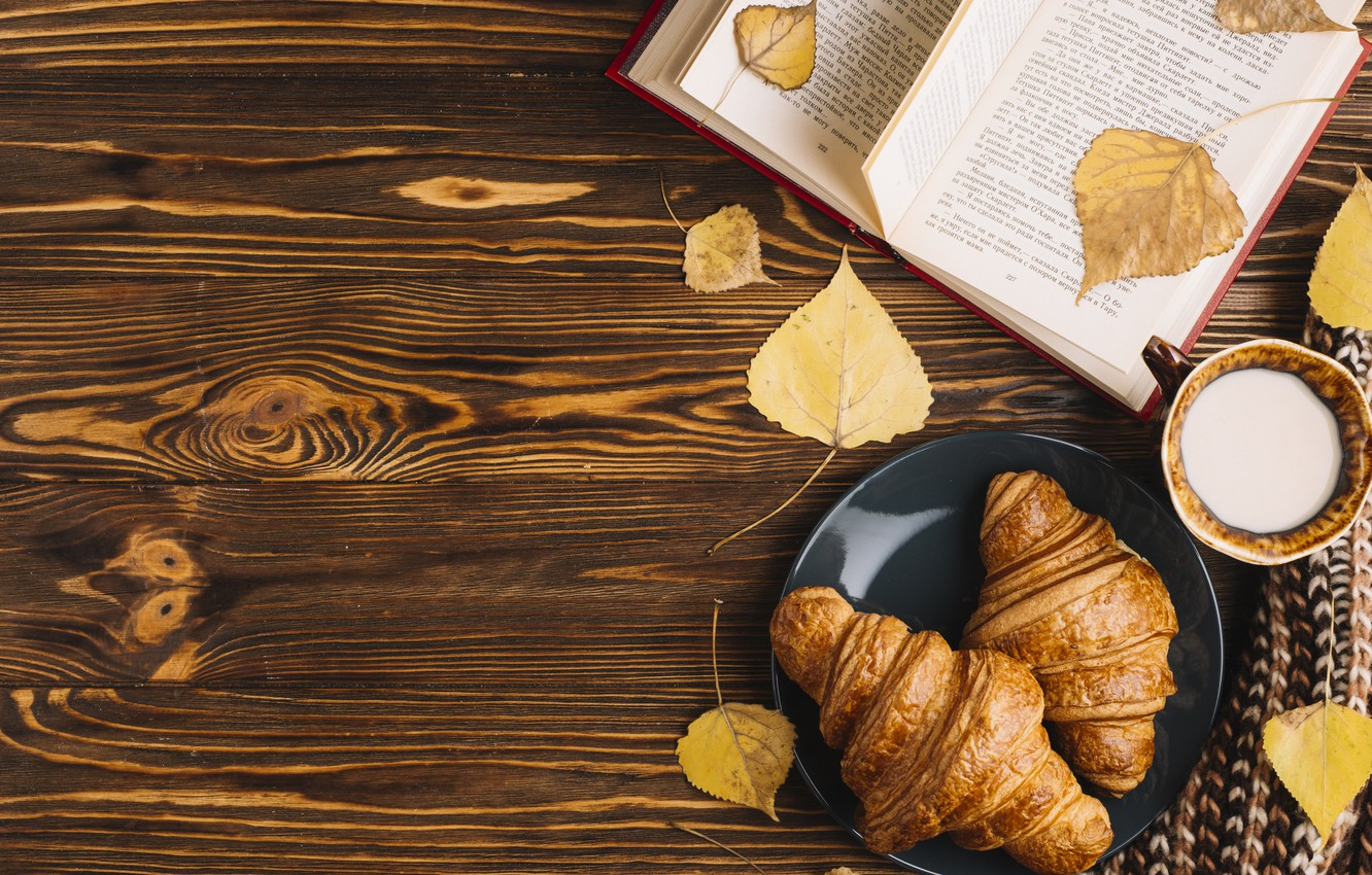 Фото обои осень, листья, colorful, чашка, книга, wood, background, autumn, leaves, cup, book, croissant, круассан, milk