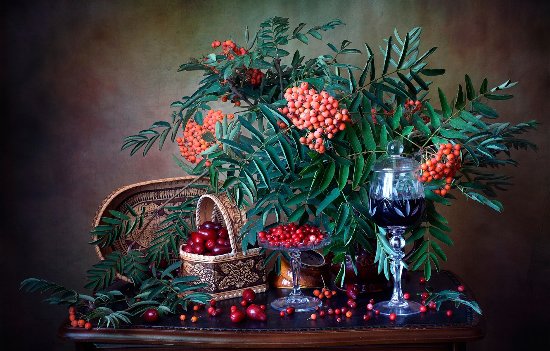 Фото обои ветки, ягоды, бокал, напиток, натюрморт, рябина, грозди, брусника, кизил, Мила Миронова
