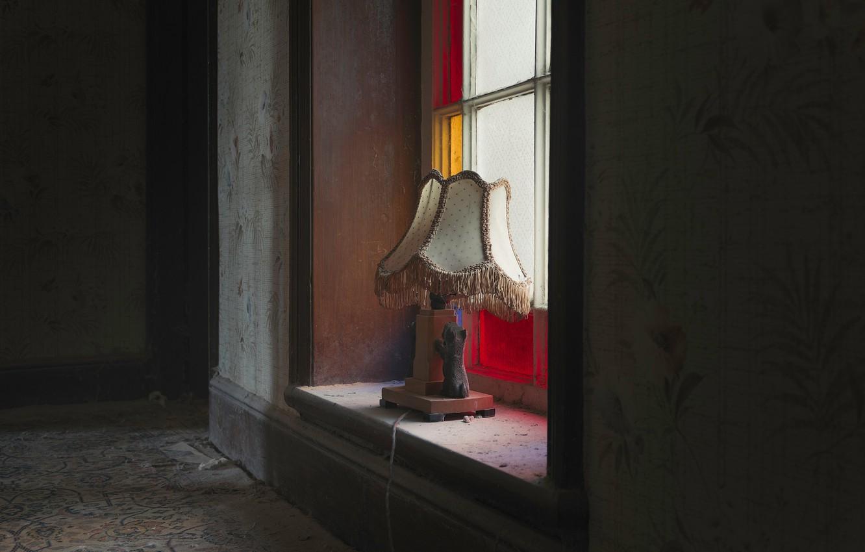 Фото обои комната, лампа, окно, натурализм