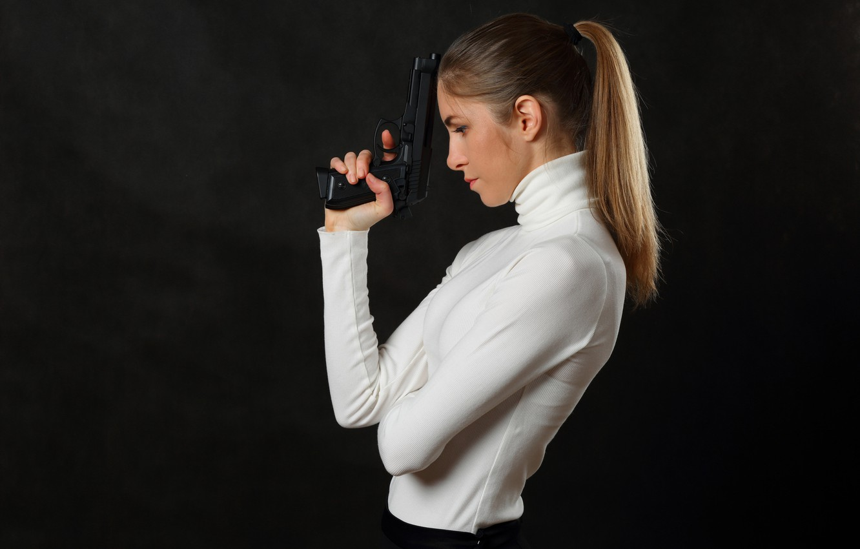 Фото обои пистолет, оружие, Девушка, стройная, красавица, ожидание, киллер