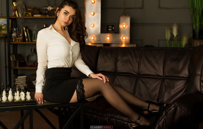 Фото обои девушка, поза, диван, ноги, чулки, шахматы, на столе, Кирилл Закиров, Лия Ханафеева