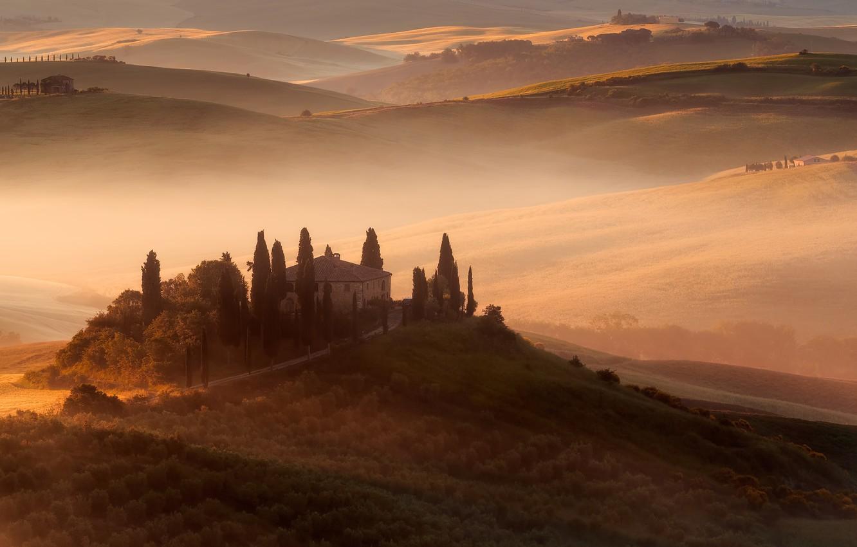Фото обои свет, деревья, природа, туман, дом, холмы, красота, утро, склон, Италия, достопримечательность, особняк, кипарисы, Тоскана, провинция, …