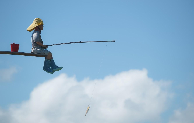Фото обои небо, рыба, мальчик, удочка, улов, рыбачок
