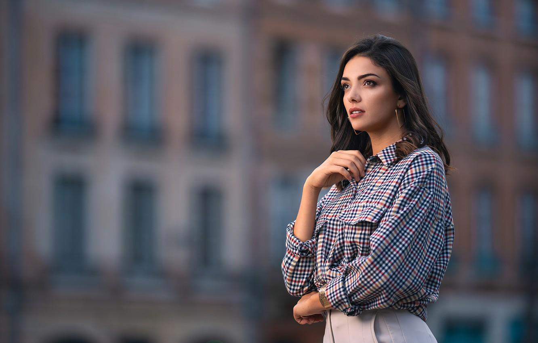 Фото обои взгляд, девушка, украшения, поза, модель, здание, рубашка, красивая, боке, Andrea