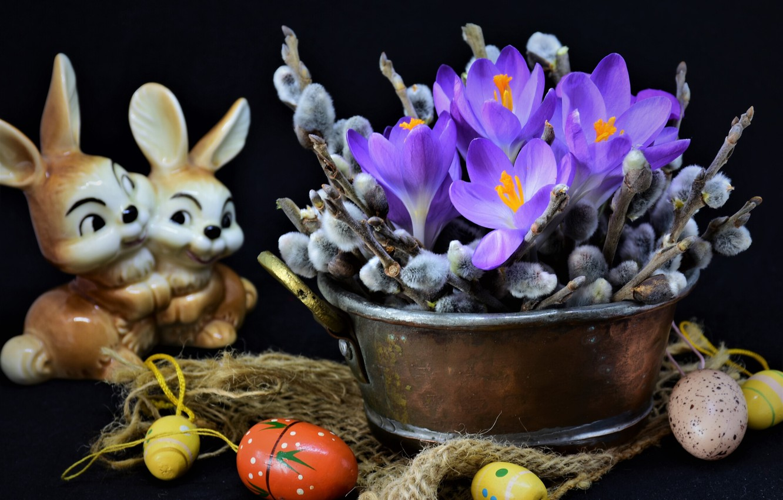 Фото обои цветы, ветки, праздник, яйца, Пасха, крокусы, ткань, зайцы, мешковина, верба, фигурка, крашенки, таз