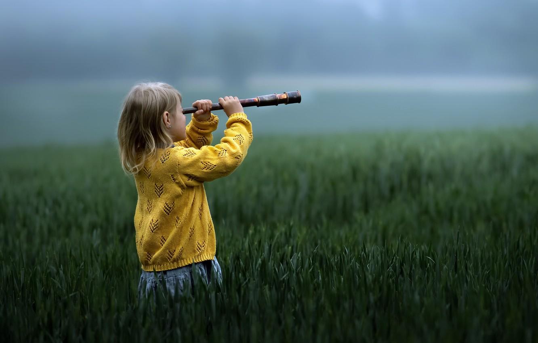 Фото обои поле, девочка, подзорная труба