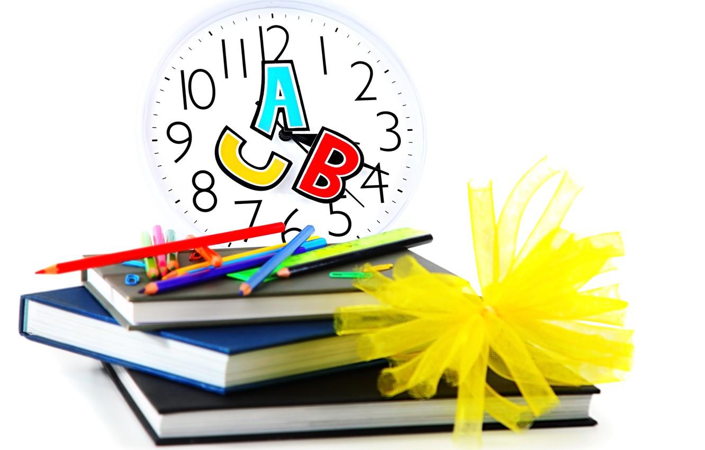 Фото обои часы, книги, карандаши, белый фон, циферблат, школа