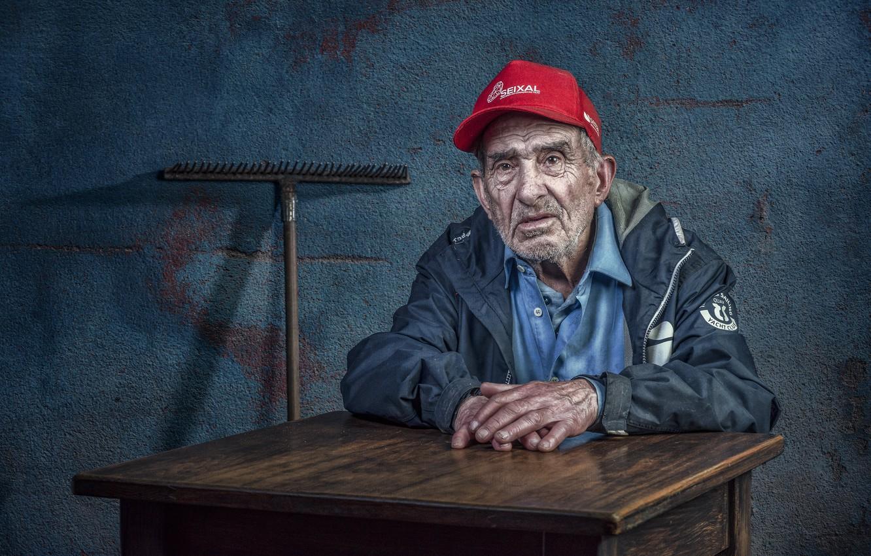 Фото обои человек, портрет, старик, грабли