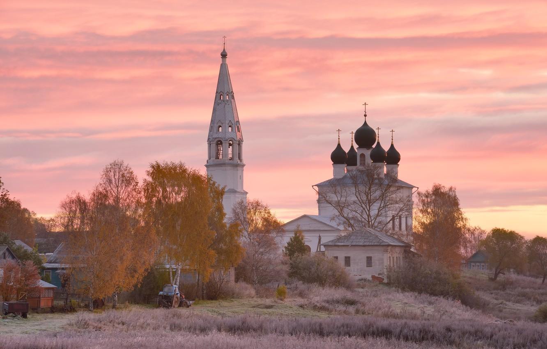 Фото обои поле, осень, небо, облака, деревья, закат, природа, розовый, рассвет, село, деревня, церковь, трактор, дымка, храм, …