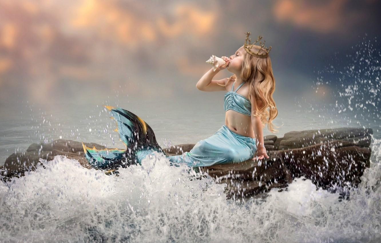 Фото обои волны, корона, раковина, хвост, маленькая, на камне, русалочка, морская пена, mermaid, серое небо, брызги воды, …