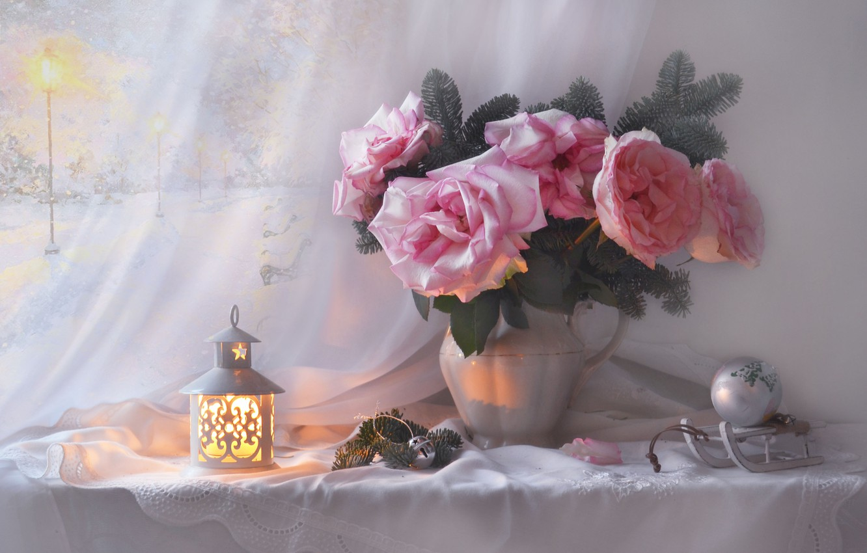 Фото обои цветы, ветки, шар, розы, фонарь, кувшин, натюрморт, хвоя, санки, шишки, салфетка, ёлочная игрушка, Валентина Колова