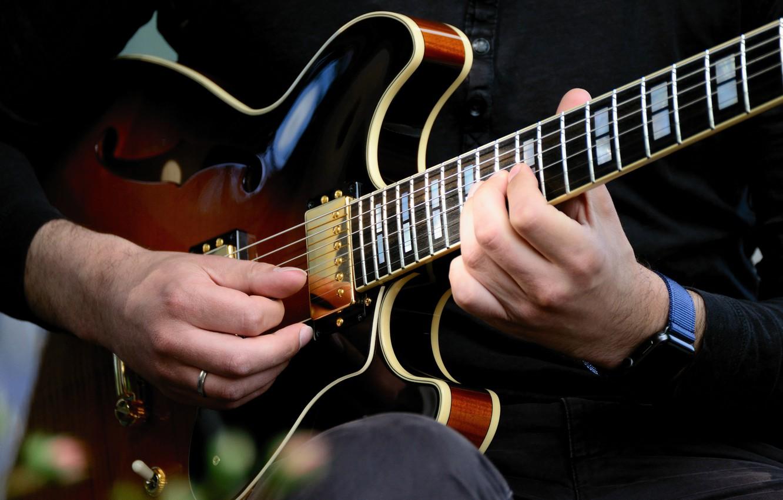 Фото обои музыка, игра, часы, гитара, струны, руки, мужчина, музыкальный инструмент, наручные