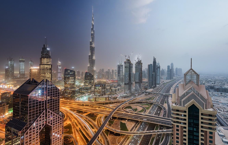 Фото обои небо, ночь, город, огни, туман, вид, здания, башня, небоскребы, вечер, дымка, Дубай, архитектура, мегаполис, высотки, …