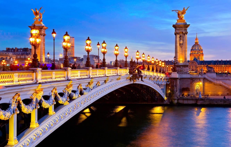 Фото обои город, река, Франция, Париж, дома, вечер, освещение, фонари, Сена, колонны, мост Александра III