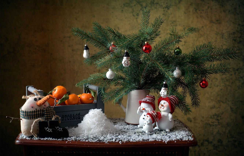 Фото обои снег, украшения, ветки, праздник, новый год, ель, ящик, хвоя, столик, ёлочные игрушки, мандарины, снеговички