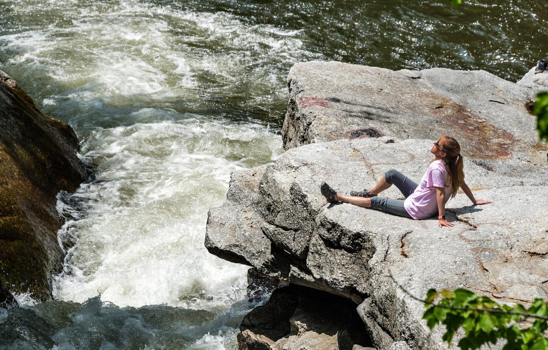 Фото обои девушка, солнце, природа, река, скалы, течение, сидит, Pennsylvania, на камнях, Nay Aug, Scranton
