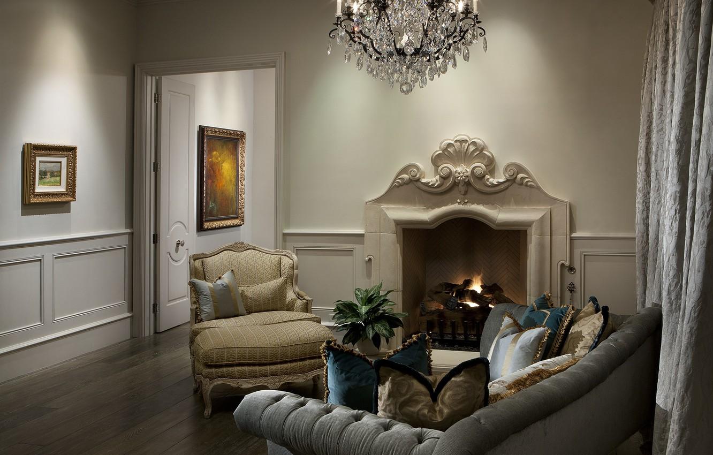 Фото обои дизайн, комната, диван, интерьер, кресло, подушки, люстра, картины, камин, квартира, гостиная, портьеры