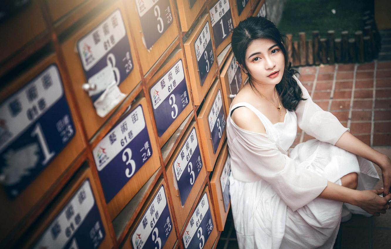 Фото обои взгляд, поза, модель, портрет, макияж, платье, брюнетка, прическа, азиатка, сидит, в белом, шкафчики, на корточках