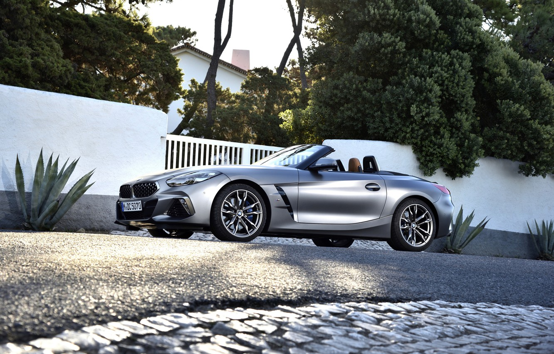 Фото обои асфальт, серый, растительность, ворота, BMW, родстер, BMW Z4, M40i, Z4, 2019, G29