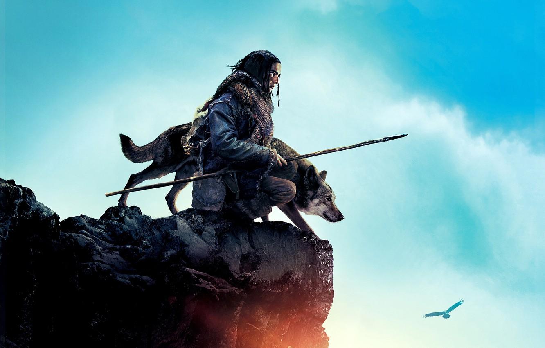 Фото обои небо, облака, скала, птица, волк, воин, орёл, приключения, постер, копьё, охотник, Альфа, Alpha, Kodi Smit-McPhee, …