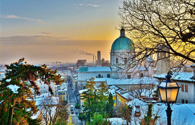 Фото обои зима, деревья, пейзаж, город, здания, дома, Италия, фонарь, собор, купол, Брешиа