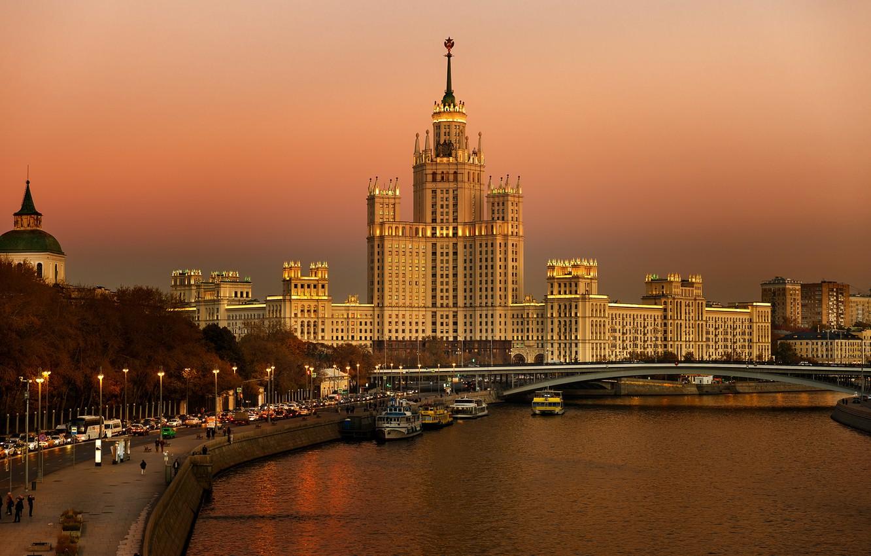 Фото обои дорога, закат, мост, город, река, здания, дома, Москва, архитектура, набережная, высотка, Котельническая набережная