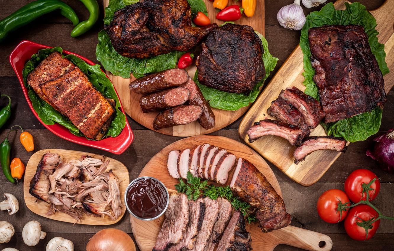 Фото обои зелень, мясо, помидоры, чеснок, ассорти, колбаски