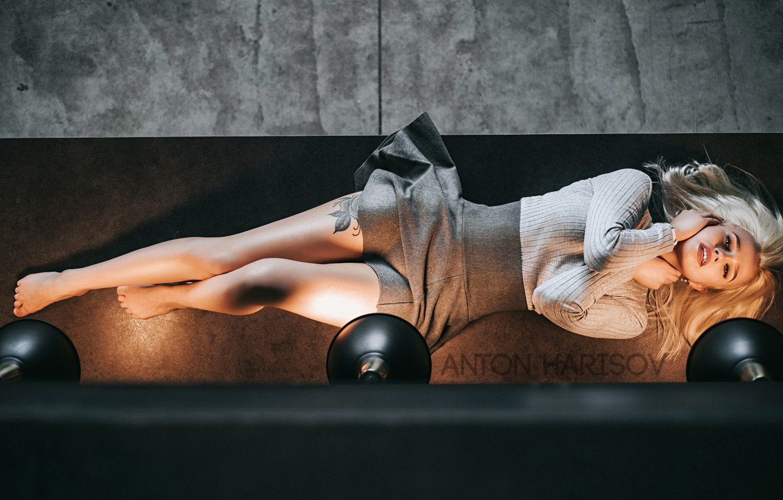 Фото обои девушка, поза, лампы, ноги, юбка, тату, Антон Харисов, Екатерина Тимонова