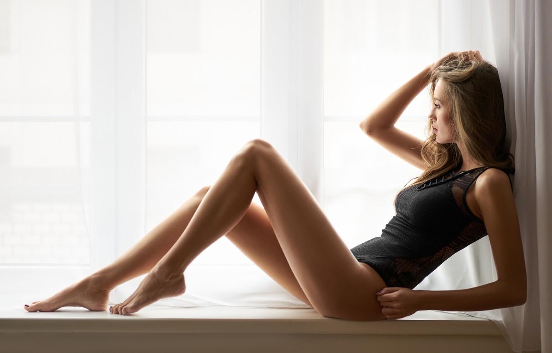 Фото обои девушка, поза, фигура, окно, ножки, боди, на подоконнике