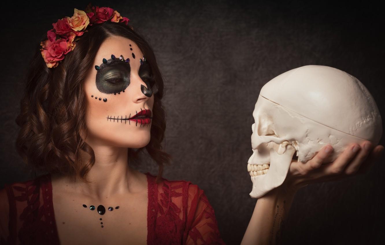 Фото обои девушка, череп, венок, раскрас