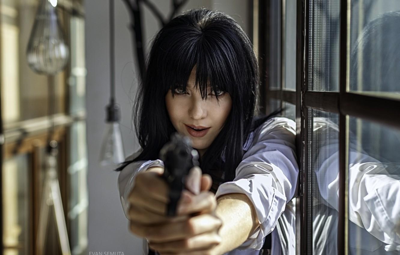 Фото обои черные волосы, наемница, адская ухмылка, Tanja, дуло пистолета, Evan Semura