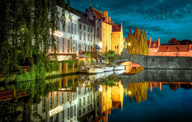 Фото обои мост, город, отражение, река, дома, лодки, вечер, освещение, Бельгия, Брюгге