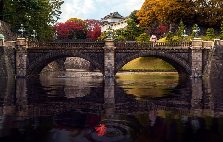 Фото обои осень, деревья, пейзаж, мост, река, женщина, японка, здание, Япония, Токио, фонари, дворец