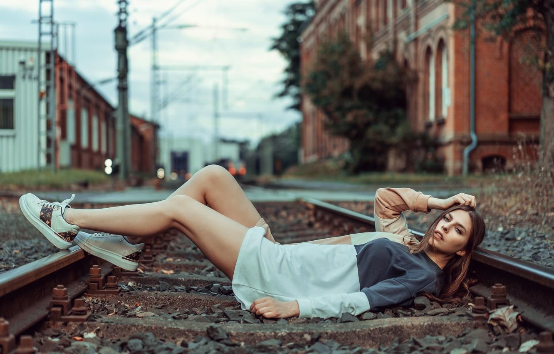 Фото обои взгляд, девушка, поза, ноги, рельсы, ситуация, железная дорога, лежит, Анна Каренина, Beatrice Rogall, Andreas-Joachim Lins