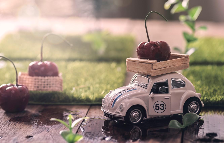 Фото обои вода, ягоды, игрушка, доски, лужи, машинка, вишни