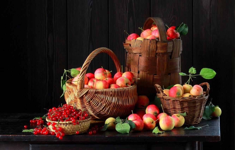 Фото обои ягоды, стол, яблоки, плоды, фрукты, смородина, корзины, Наталья Казанцева